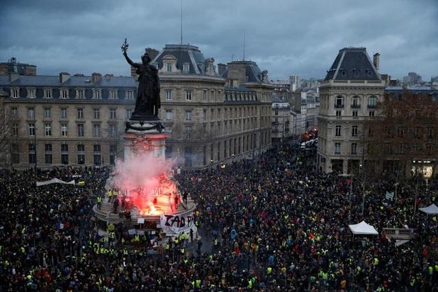 """Tại Marseille, nhóm """"Áo vàng"""", phong trào phi chính phủ, phi đảng phái, đã xuống đường trong không khí hòa bình. Những người biểu tình tại đây cho biết họ đến đây với thiện chí được bày tỏ tiếng nói và không để đập phá bất cứ thứ gì. Nếu có ai vi phạm, họ sẽ đuổi khỏi nhóm biểu tình. Tuy nhiên, đây chỉ là một ví dụ cá biệt, khi tại Paris, Strasbourg và một số nơi khác, tình hình diễn ra đầy căng thẳng."""