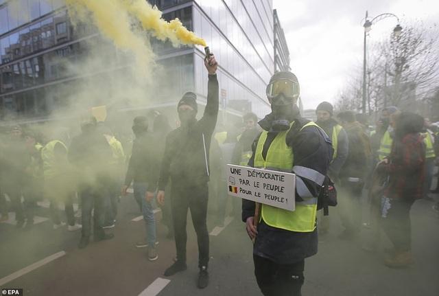 Nhóm biểu tình tụ tập trước tòa nhà Nghị viện Châu Âu ở Bỉ (Ảnh: EPA)