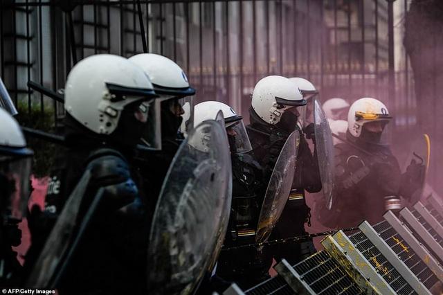 Cảnh sát Bỉ chống chọi với các phần tử biểu tình có xu hướng quá khích (Ảnh: AFP)