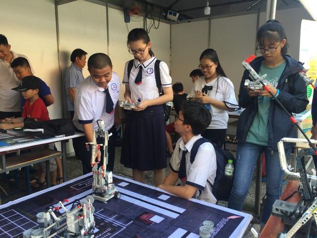 Các gian hàng ứng dụng toán học thu hút đông học sinh tham gia tại ngày hội toán học mở
