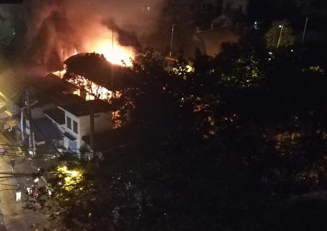 Ngôi đình cổ bất ngờ bốc cháy dữ dội ở khu vực gian thờ chính (Ảnh: CTV).