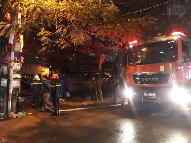 4 xe cứu hỏa chuyên dụng được huy động đến hiện trường vụ hỏa hoạn (Ảnh: CTV).