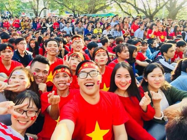 Hữu Lập (ngồi hàng đầu) cùng rất đông bạn bè trong một lần cổ vũ Đội tuyển Việt Nam tại trường.