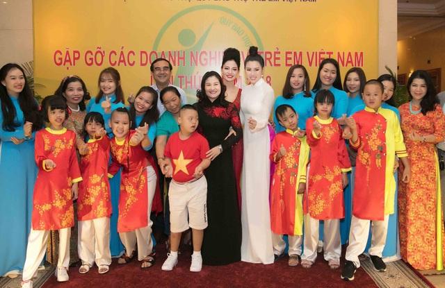 Emily Hồng Nhung làm MC cùng Xuân Bắc - 4