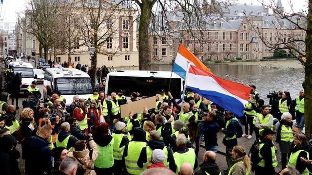 Tại Hà Lan, các cuộc biểu tình diễn ra trong xu hướng ôn hòa hơn (Ảnh: Anadolu Agency)