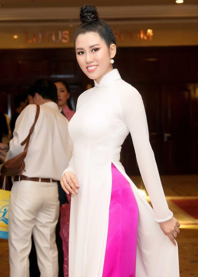Emily Hồng Nhung làm MC cùng Xuân Bắc - 2
