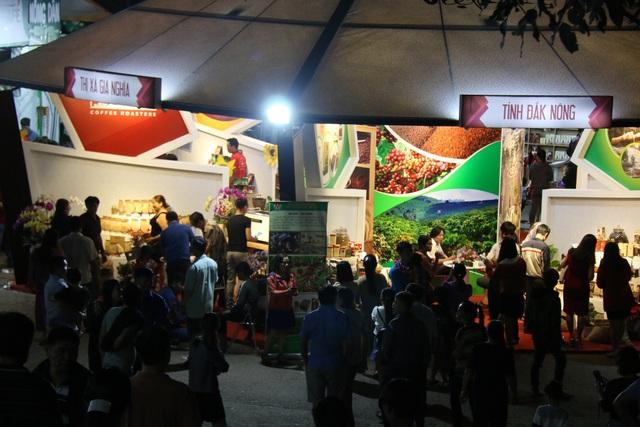 Ngày 9/12/2018, nằm trong khuôn khổ của Ngày hội cà phê Việt Nam lần thứ 2 đang diễn ra tại tỉnh Đắk Nông, gần 40 gian hàng của các doanh nghiệp sản xuất kinh doanh, chế biến cà phê đã tổ chức trưng bày, giới thiệu sản phẩm và cho du khách thưởng thức miễn phí cà phê. Mang đến ngày hội, nhiều thương hiệu cà phê trong nước đã giới thiệu các dòng sản phẩm cà phê mới, đáp ứng thị hiếu người tiêu dùng.