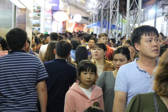 Ngay từ đầu tối, hàng ngàn du khách từ khắp nơi đổ về trung tâm TX. Gia Nghĩa, tỉnh Đắk Nông để tham quan, thưởng thức cà phê tại ngày hội cà phê lớn nhất năm 2018