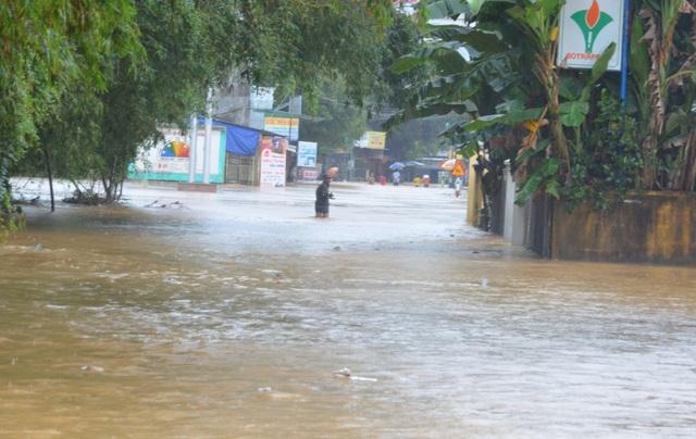 10h ngày 9/12, khu vực trung tâm xã Hành Dũng (huyện Nghĩa Hành) bị ngập sâu hơn 1 m.