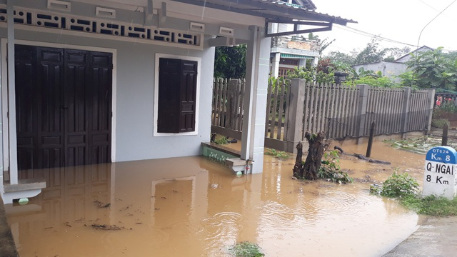Nước lũ lên nhanh gây ngập nhiều nhà dân nằm ven các con sông lớn trên địa bàn huyện Tư Nghĩa, Nghĩa Hành.