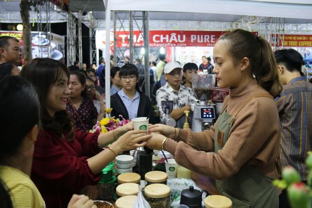 Chị Lê Thị Ly Na (ngụ tỉnh Đắk Lắk) cho biết, đây là lần đầu tiên chị tham dự Ngày hội cà phê Việt Nam. Tại Đắk Lắk, hai năm mới tổ chức Lễ hội cà phê một lần, nên người dân cũng phải chờ đến 2 năm mới được dịp thưởng thức cà phê thỏa mái. Là người đam mê và kinh doanh cà phê, chị chấp nhận di chuyển quãng đường hơn 150km từ Đắk Lắk xuống Đắk Nông để thưởng thức những loại cà phê mới nhất, với mục đích chọn lựa những sản phẩm cà phê chất lượng để nhập về kinh doanh