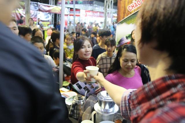 Do là ngày cuối tuần, lại là sự kiện lần đầu tiên được tổ chức tại Đắk Nông nên ngay buổi tối đầu tiên, đã có rất nhiều du khách đến tham quan, thưởng thức cà phê. Theo một nhân viên của một gian hàng cà phê đến từ tỉnh Gia Lai, chỉ trong ngày thứ nhất của Ngày hội cà phê Việt Nam, đã có hơn 1000 ly cà phê được gian hàng này phát miễn phí cho người dân. Cà phê được phát tại lễ hội là cà phê đen, cà phê sữa, cà phê túi lọc…