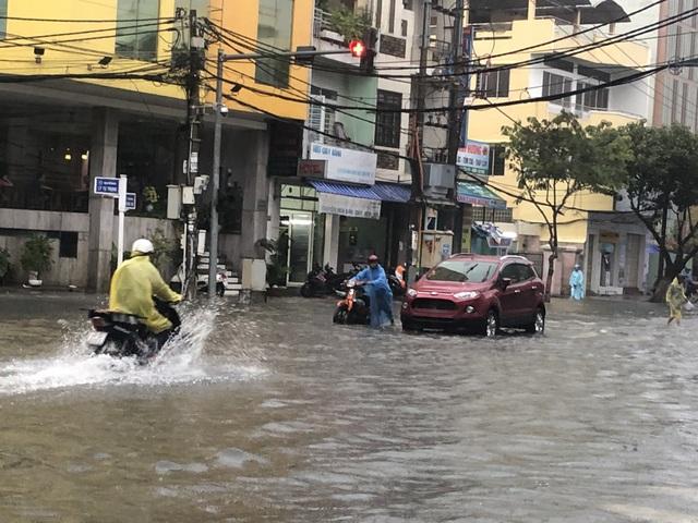 Nhiều tuyến đường trung tâm TP bị ngập nặng