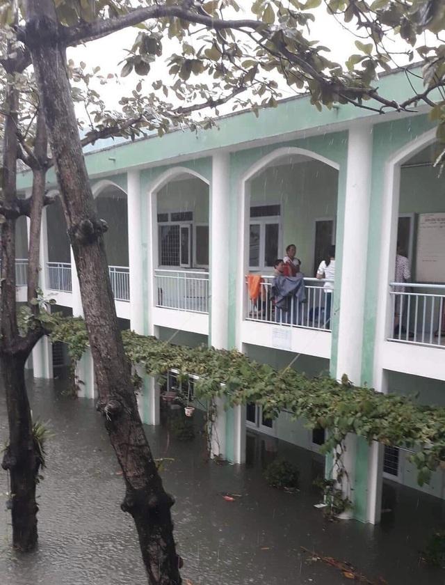 Trường THPT Nguyễn Hiền (quận Hải Châu, Đà Nẵng) bị ngập nặng do mưa to kéo dài trong ngày 9/12