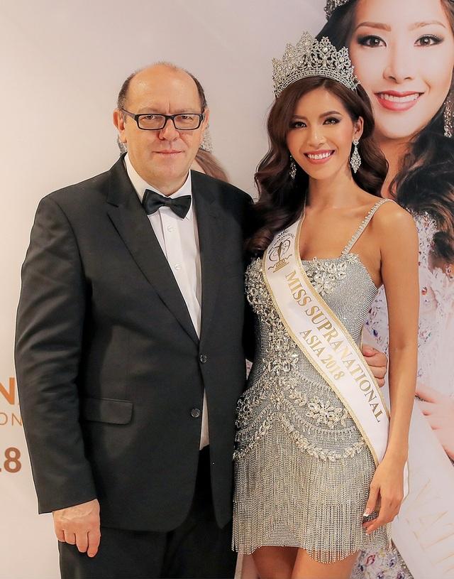 Minh Tú được ngài Gerhard Parzutka Von Lipinski - chủ tịch cuộc thi đích thân trao dải băng và vương miện Hoa hậu Siêu quốc gia châu Á 2018.