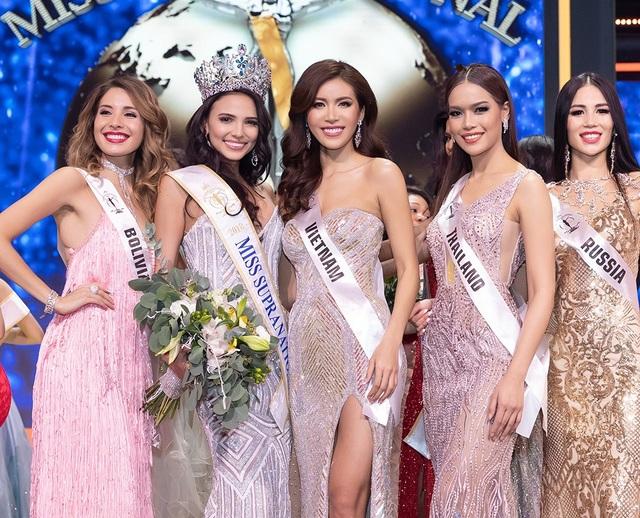 Minh Tú bên cạnh người đẹp Valeria Vázquez của Puerto Rico, tân hoa hậu Siêu quốc gia 2018 và các người đẹp các nước trong đêm chung kết