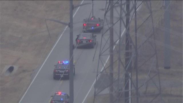 Theo trang tin Oklahoma News, vào khoảng 10h30 sáng ngày 7/12 (theo giờ địa phương), các sĩ quan cảnh sát Mỹ đã tìm cách chặn một xe ô tô màu nâu sẫm để kiểm tra gần đường cao tốc liên bang 40 và đại lộ Portland. Tuy nhiên tài xế điều khiển phương tiện này đã từ chối hợp tác và không cho xe dừng lại.