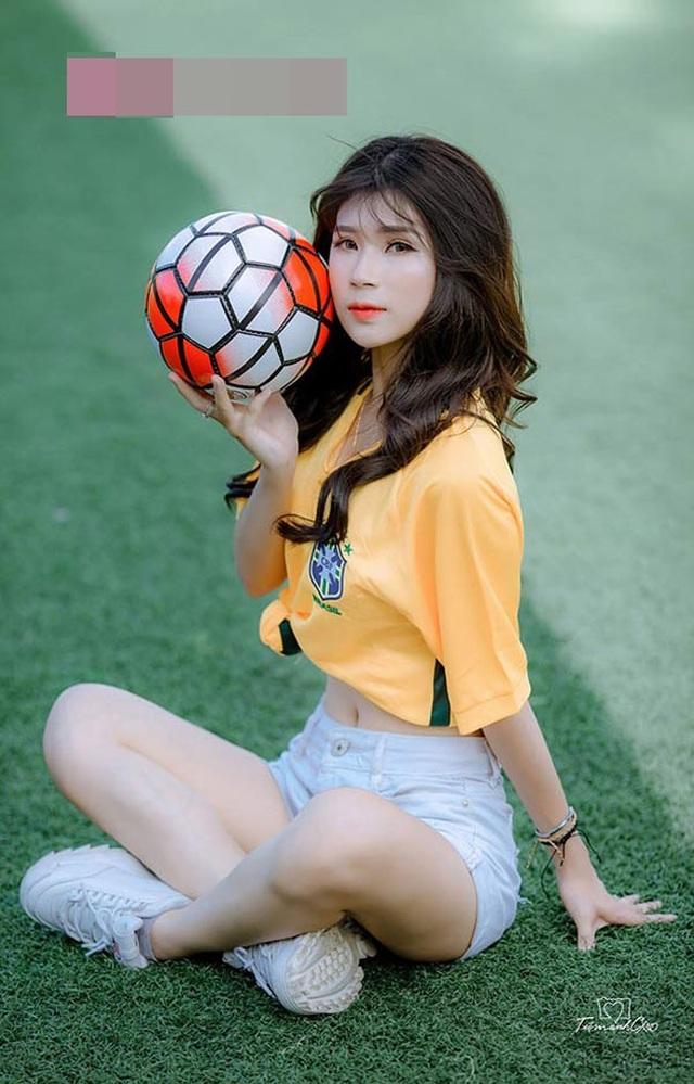 Giữa năm 2018, khi cả thế giới hướng đến giải bóng đá lớn World Cup 2018, Tiểu Phương có phát ngôn gây sốc mạng xã hội. Cô tuyên bố sẽ tung ảnh nóng nếu Brazil giành ngôi vô địch World Cup.