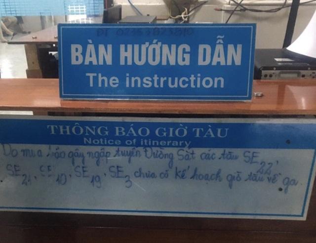Nhà ga Đà Nẵng không bán vé đi trong ngày 9/12 và thông báo các tàu SE22, SE21, SE19, SE3 chưa có kế hoạch về ga do đường sắt ngập, ách tắc cục bộ