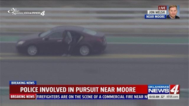 Khi xe chạy tới quận Moore, một người trong xe đã nhảy ra ngoài trong lúc xe vẫn đang chạy. Người này ra dấu hiệu đầu hàng cảnh sát.