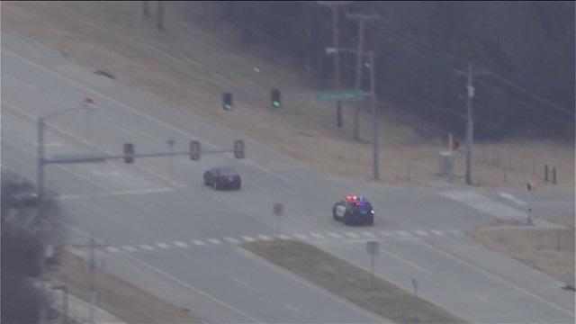 Khi rượt đuổi xe vi phạm tới Norman, cảnh sát đã cố tình đi chậm lại vì đây là khu vực có nhiều phương tiện qua lại. Tuy vậy, tài xế lái xe vi phạm vẫn tiếp tục cho xe vượt đèn đỏ và biển báo dừng.