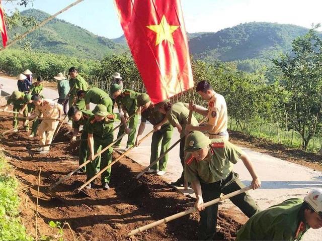 Lực lượng quân sự, công an và nhân dân làng Dừa đóng góp hàng nghìn công san lấp... góp công cho công trình.