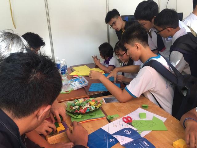 Sôi nổi các trò chơi về toán thu hút đông đảo sinh viên, học sinh trên địa bàn TPHCM tham gia