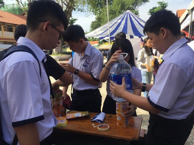 Học sinh hào hứng làm thí nghiệm từ ứng dụng toán học