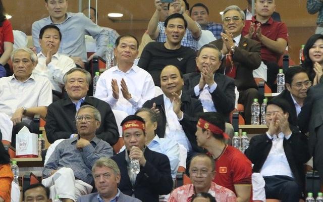 Thủ tướng Nguyễn Xuân Phúc có mặt trên sân Mỹ Đình cỗ vũ cho đội tuyển Việt Nam trong trận bán kết lượt về. (Ảnh: VTV)