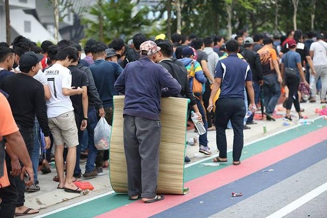 Hàng nghìn CĐV Malaysia xếp hàng qua đêm mua vé xem trận chung kết - 9