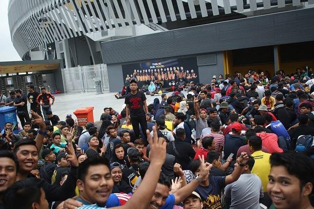 Sự vui vẻ thường trực ở các cổ động viên Malaysia, họ không hề căng thẳng