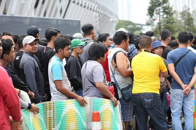 Những chiếc chiếu là hình ảnh dễ thấy với nhiều cổ động viên đang đứng chờ mua vé