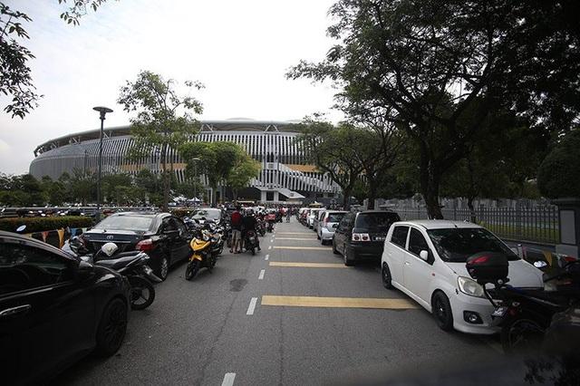 Con đường vào nơi xếp hàng mua vé ở Bukit Jalil khá thông thoáng