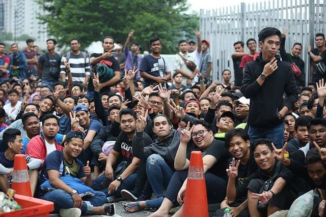 Không khí vui vẻ của cổ động viên Malaysia dù phải chờ đợi lâu