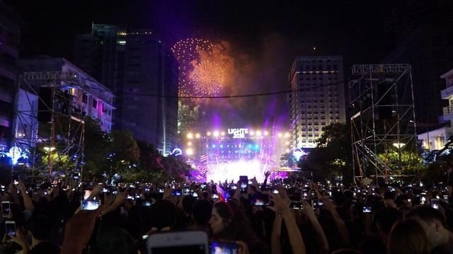 """""""Rừng"""" điện thoại vỡ òa cùng tiếng hò reo chào năm mới hòa cùng âm thanh của pháo hoa"""
