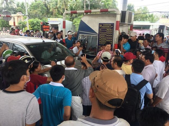 Trưa hôm qua (05/01) nhiều tài xế phản ứng dữ dội khi tình trạng kẹt xe kéo dài 5km nhưng chủ đầu tư vẫn không xả trạm