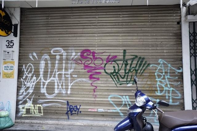 Có đến quá nửa ô cửa cuốn ở phố cổ Hà Nội bị vẽ bẩn.