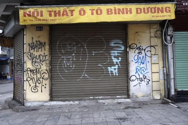 Một ngôi nhà mặt phố Trần Nhật Duật phủ kín bởi các dòng chữ nguệch ngoạc.