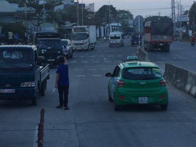 Để giảm ùn ứ (chiều từ TP Cần Thơ đi An Giang) nhân viên trạm thu phí T2 cho xe chạy ngược chiều...