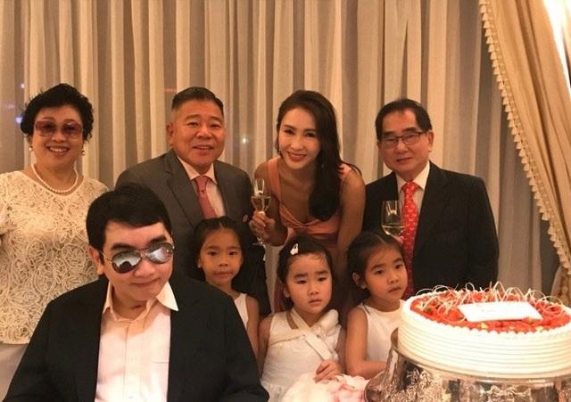 Lê Tư cùng chồng và ba cô con gái xuất hiện tại một số sự kiện nhỏ của gia đình.