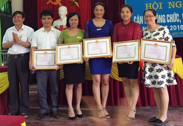 Thầy Dũng (thứ 2 từ trái sang), nhiều năm là giáo viên dạy giỏi môn toán của tỉnh.