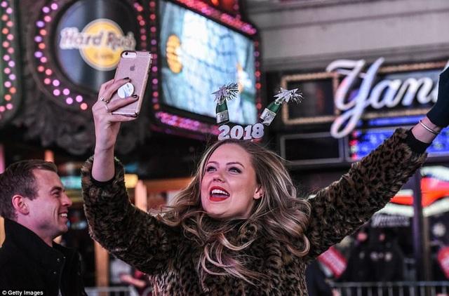 Diva Mariah Carey đang hát mừng năm mới thì đòi… uống trà - 16
