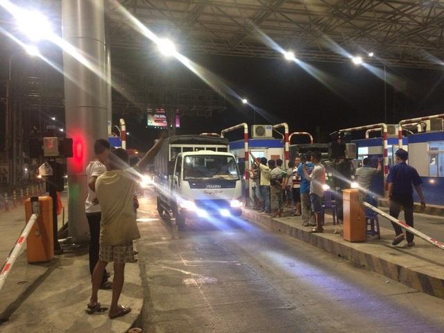 Trước phản ứng của các tài xế, đến 18h40 thì xả trạm cả 3 làn xe ở chiều TP Cần Thơ đi An Giang