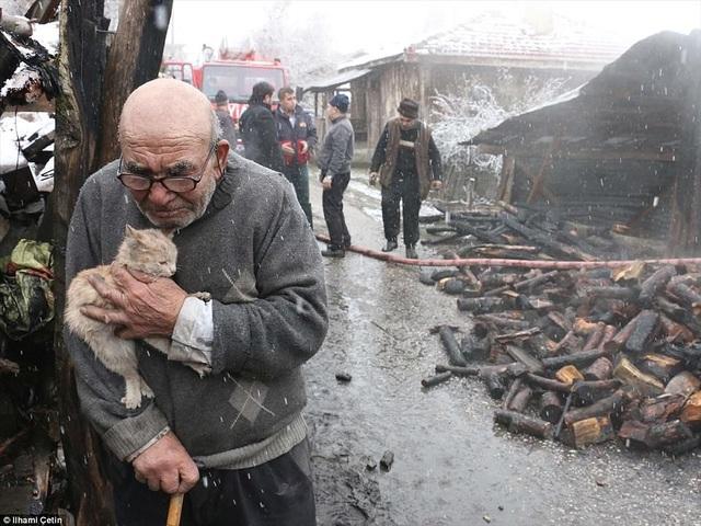 Những bức ảnh này ghi lại hình ảnh một ông cụ 83 tuổi sống ở Thổ Nhĩ Kỳ bật khóc khi ôm lấy chú mèo nhỏ của mình bên cạnh ngôi nhà vừa cháy rụi trong một trận hỏa hoạn.