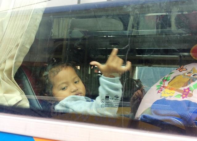 Nhiều trẻ em, người già mệt mỏi vì bị nhốt trên xe hàng giờ