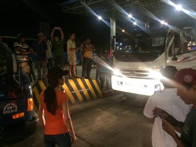 Hai xe đấu đầu, nữ chủ xe hướng An Giang đi Cần Thơ nhất quyết không lùi lại. Cuối cùng, xe đi ngược chiều phải lùi xe