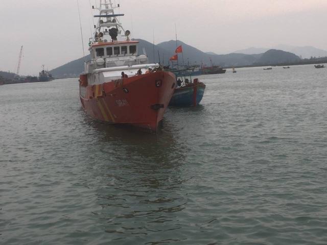 Trung tâm đã điều động tàu cứu nạn chuyên dụng SAR 411 nhanh chóng hành trình đến cứu nạn 10 thuyền viên tàu cá NA 90123 TS vào bờ an toàn.
