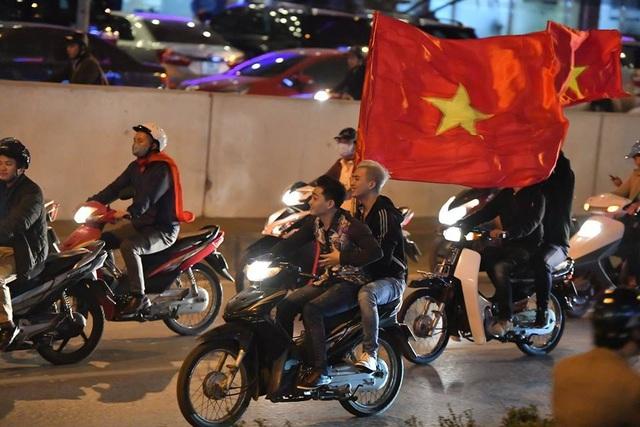 Ra đường vui ngất ngây với thành tích của U23 Việt Nam thì bạn cũng nên nghiêm chỉnh chấp hành luật giao thông nhé (Ảnh minh họa: Lê Xuân Bách)