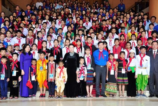 Chủ tịch Quốc hội Nguyễn Thị Kim Ngân chụp ảnh lưu niệm với thiếu nhi tiêu biểu xuất sắc các dân tộc năm 2017.