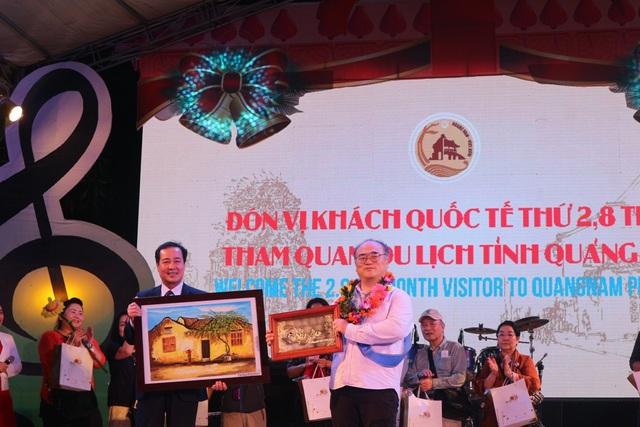 Vị khách may mắn thứ 2,8 triệu đến với tỉnh Quảng Nam